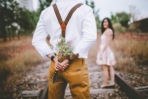 Man_Holding_a_Flower_Bouquet_to_give_to_significant_other